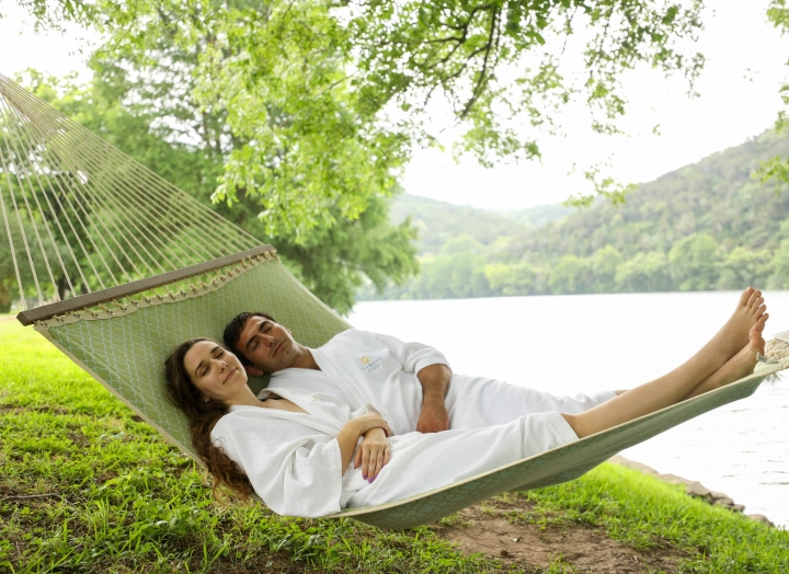 couple sleeping hammock