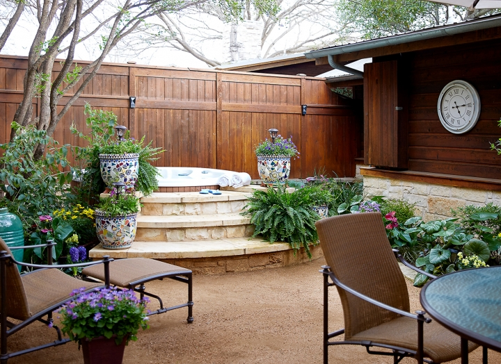 Outdoor garden and hot tub in the Lady Bird Presidential Suite.