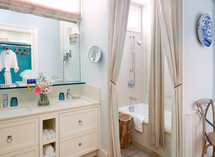 Bathroom in the Luxury LakeView room