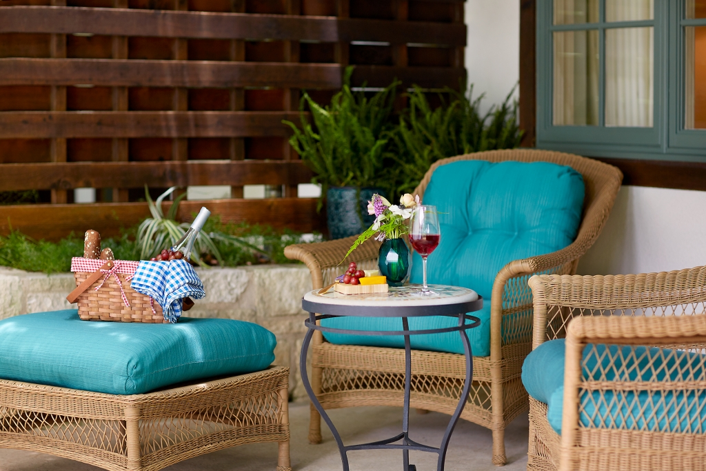 A picnic on the front porch of the Luxury LakeView room